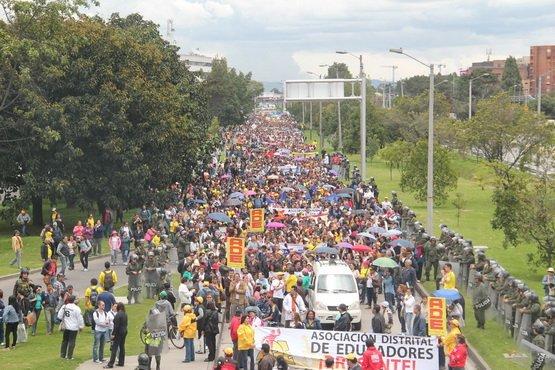 El Paro del Magisterio sigue paralizando calles y no se deja atemorizar del Gobierno